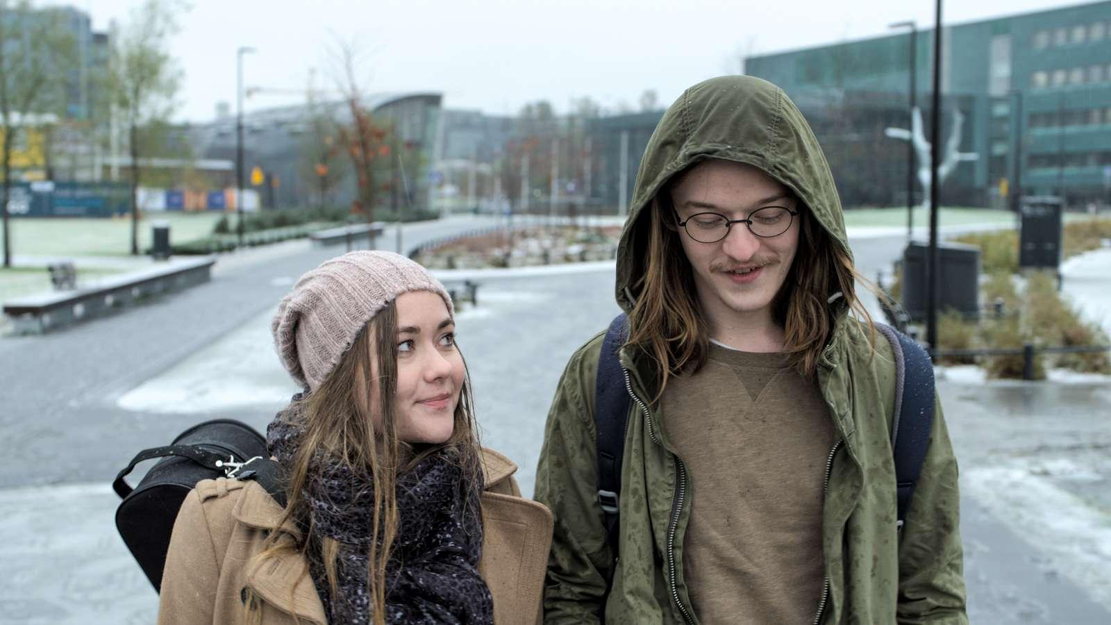 Tyttö ystävä koukku kanssa a tyttö